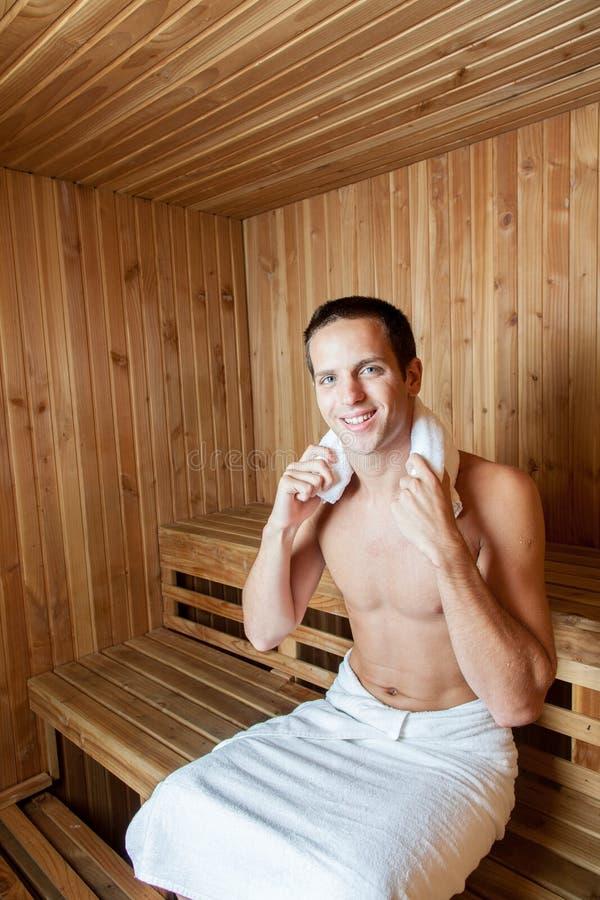 Uomo felice dentro la sauna fotografia stock