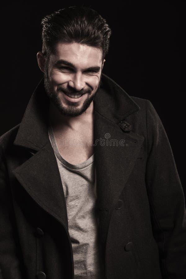 Uomo felice di modo con la risata lunga della barba fotografie stock