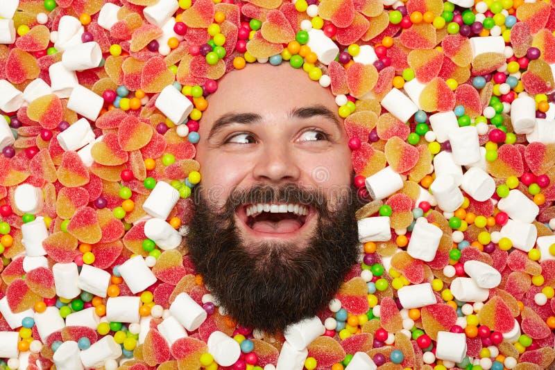 Uomo felice in dolci fotografia stock libera da diritti