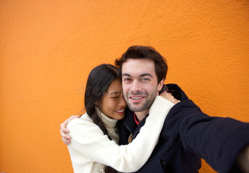 Uomo felice e donna che prendono un selfie immagine stock libera da diritti