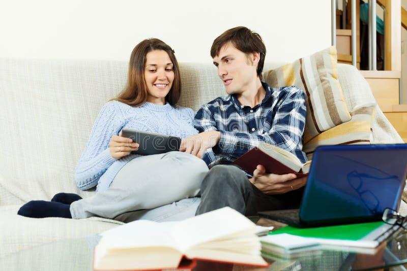 Download Uomo Felice E Donna Che Preparano Per Gli Esami Immagine Stock - Immagine di libri, allievo: 56893419