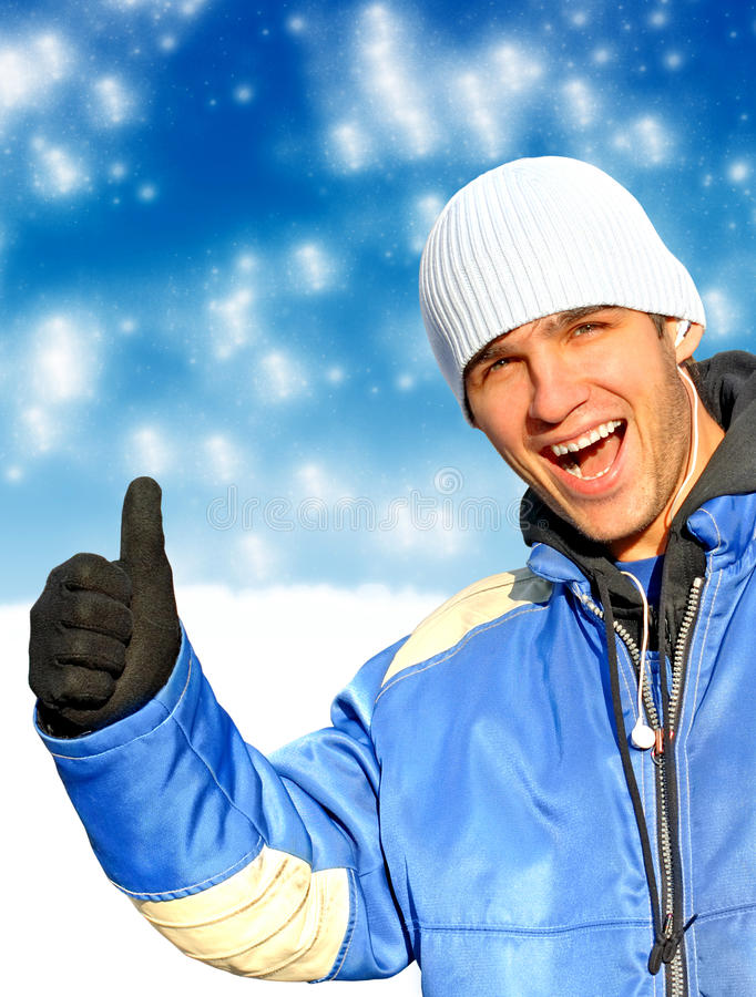 Uomo felice nell'inverno immagine stock libera da diritti