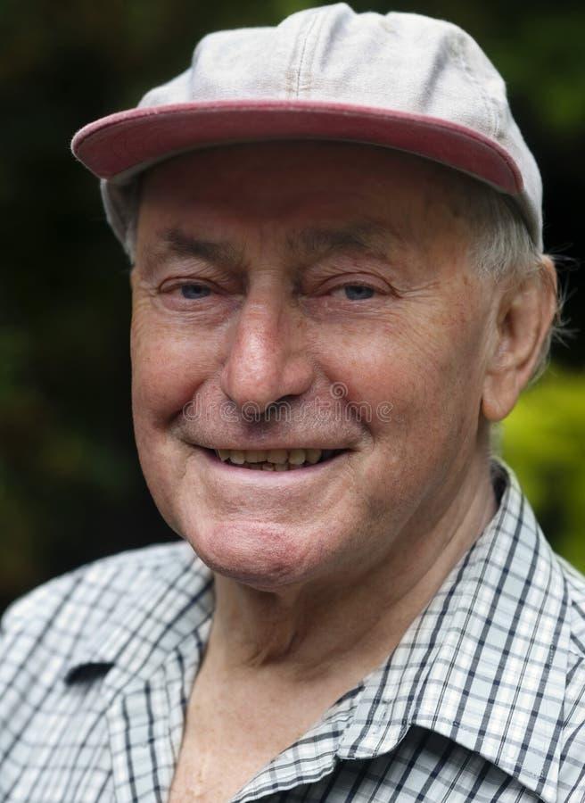 uomo felice soddisfatto fuori dell'anziano relaxed fotografie stock