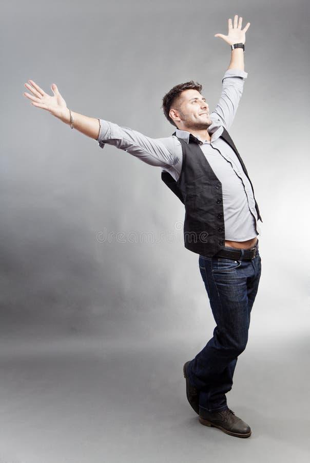 Uomo felice in vestiti casuali fotografie stock libere da diritti