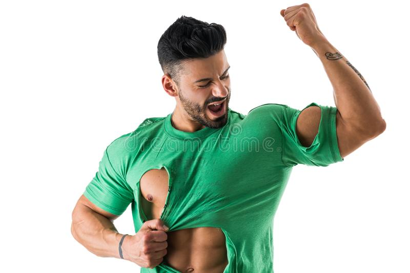 Uomo forte nella posa lacerata della camicia fotografia stock libera da diritti