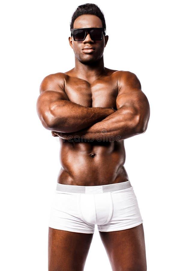 Uomo forte senza camicia con le armi attraversate fotografia stock libera da diritti