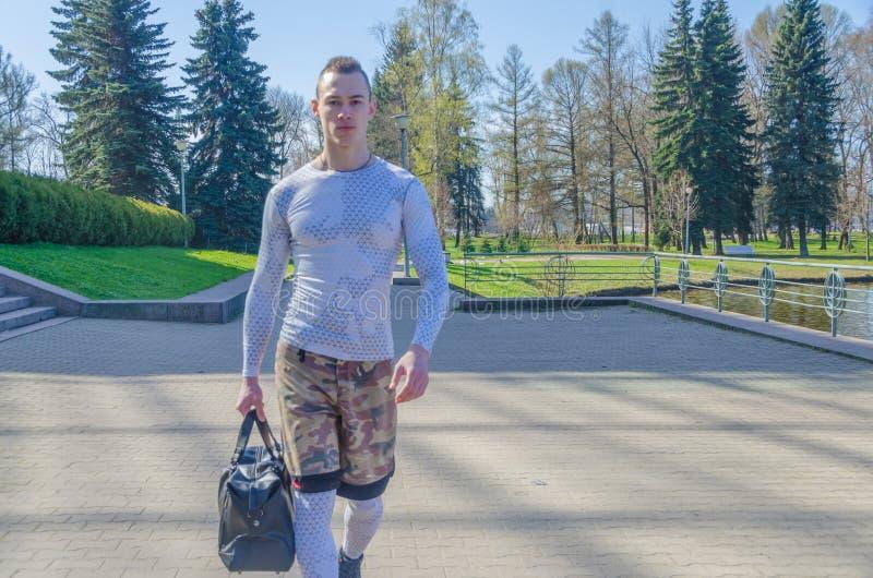 Uomo forte in vestiti bianchi di sport fotografie stock