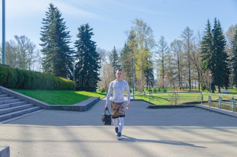 Uomo forte in vestiti bianchi di sport fotografia stock libera da diritti