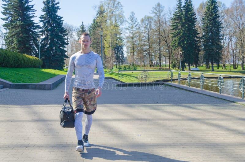 Uomo forte in vestiti bianchi di sport immagine stock