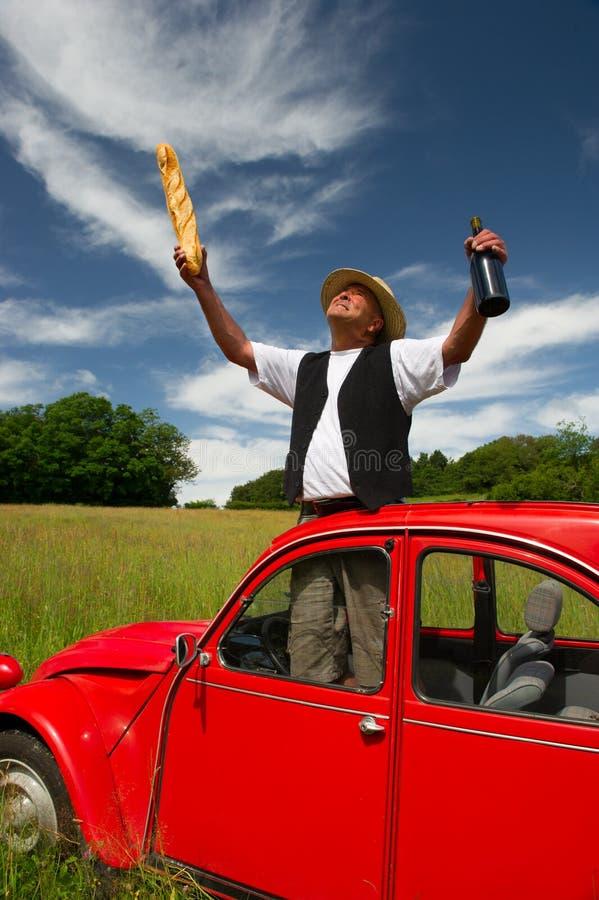 Uomo francese con la sua automobile rossa tipica fotografia stock