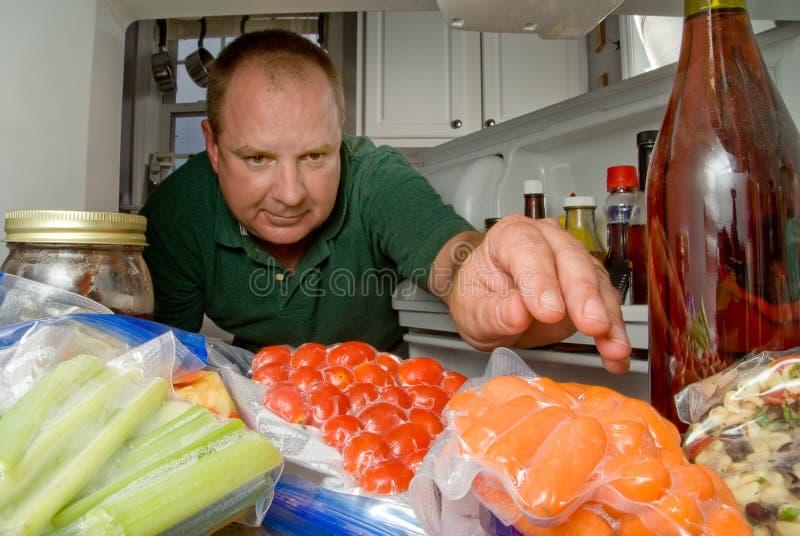 Uomo in frigorifero fotografia stock libera da diritti