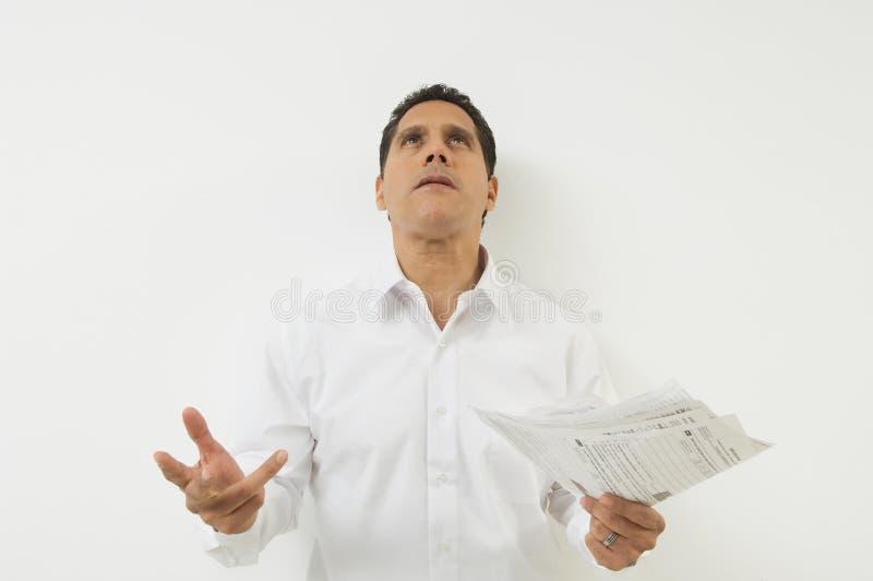 Uomo frustrato con i documenti immagini stock libere da diritti