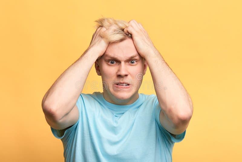 Uomo furioso arrabbiato che estrae i suoi capelli fotografia stock libera da diritti