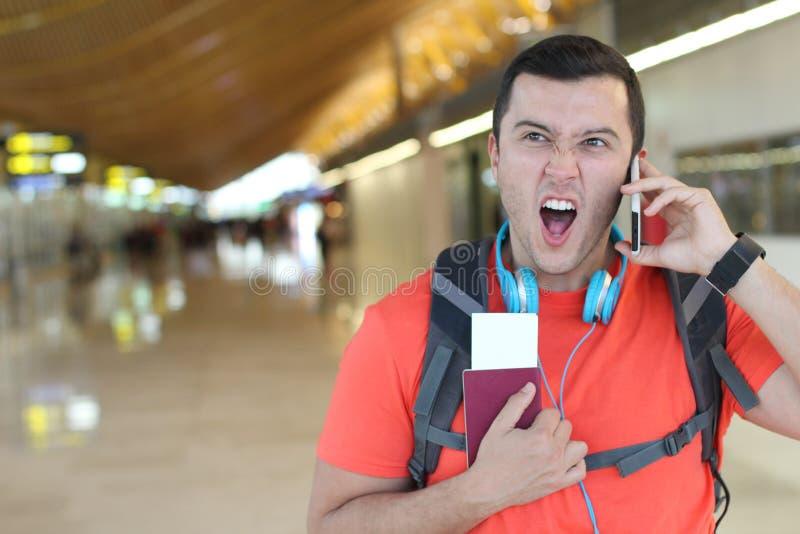 Uomo furioso che ottiene una chiamata all'aeroporto fotografie stock