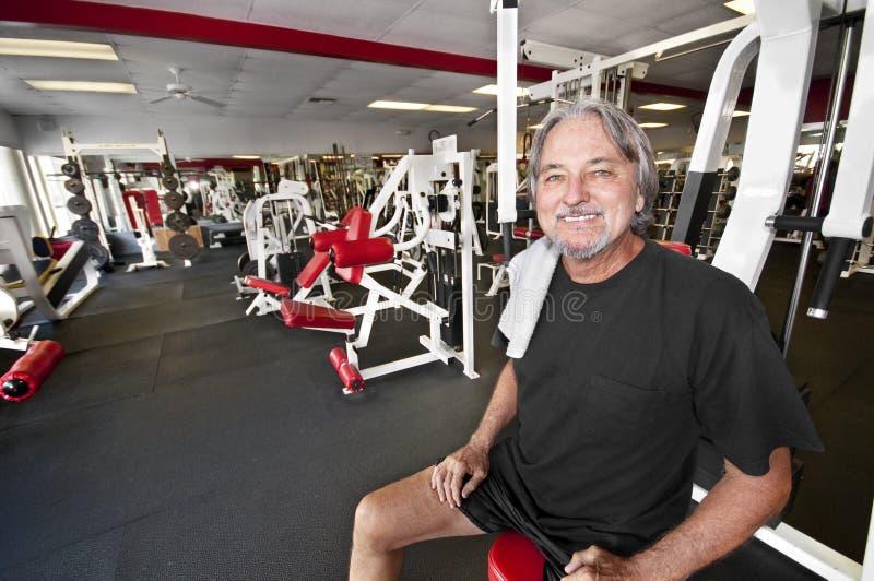 Uomo in ginnastica immagini stock