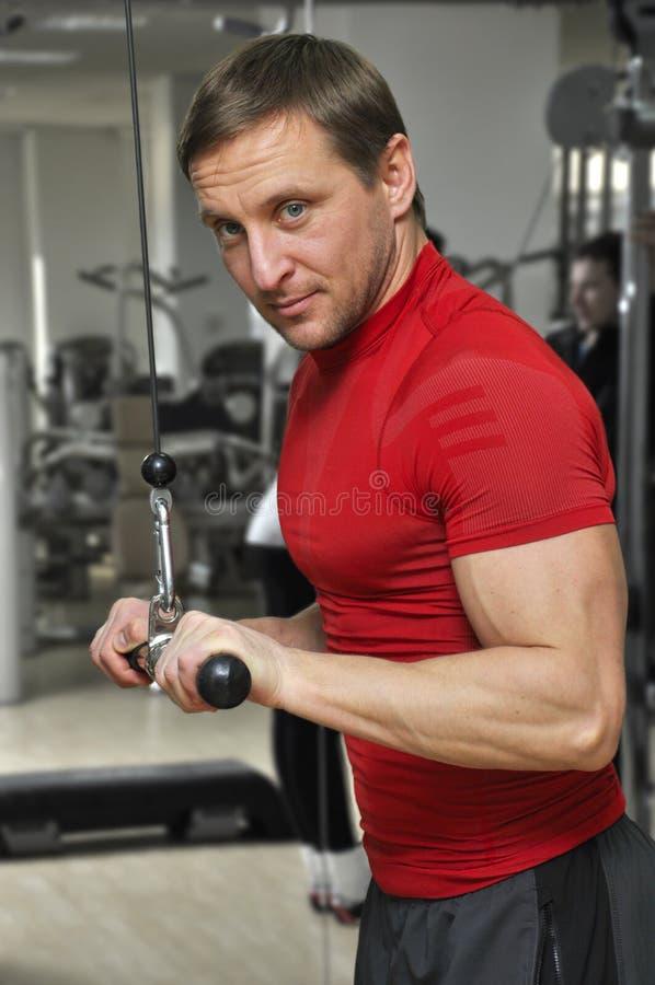Uomo in ginnastica fotografia stock libera da diritti