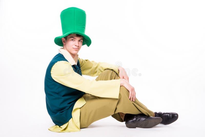 Uomo in grande cappello verde Maschera di residuo della potatura meccanica della st Patric Day Isolato fotografie stock libere da diritti