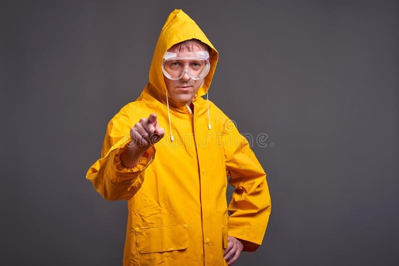 Uomo in impermeabile giallo immagine stock libera da diritti