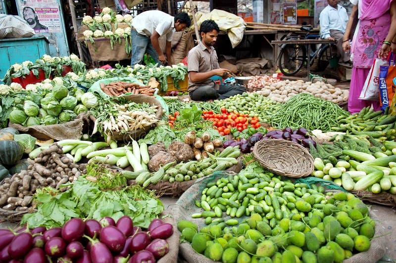 Uomo indiano al suo negozio di verdure immagine stock