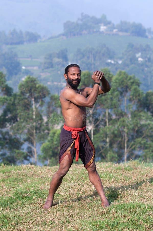 Uomo indiano atletico che fa gli esercizi respiranti fotografie stock libere da diritti