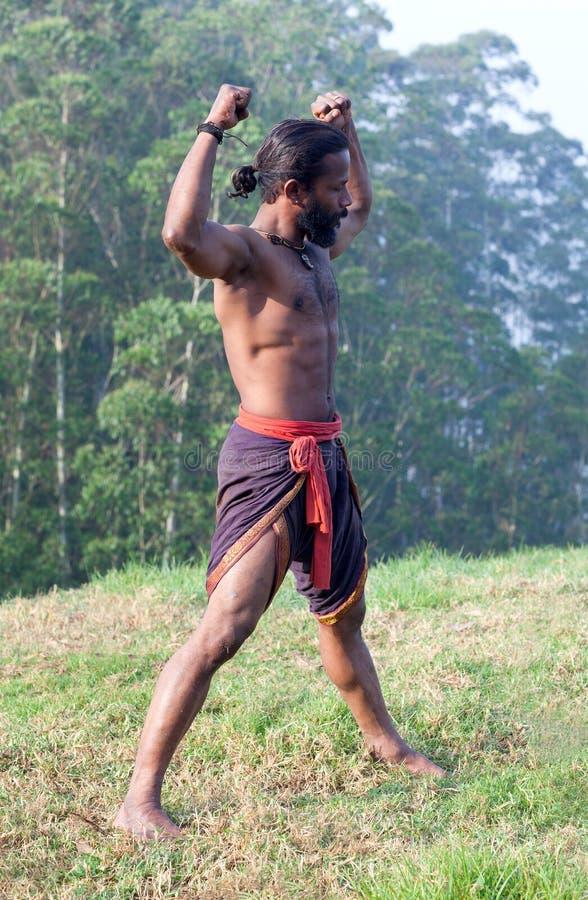 Uomo indiano atletico che fa gli esercizi respiranti immagini stock