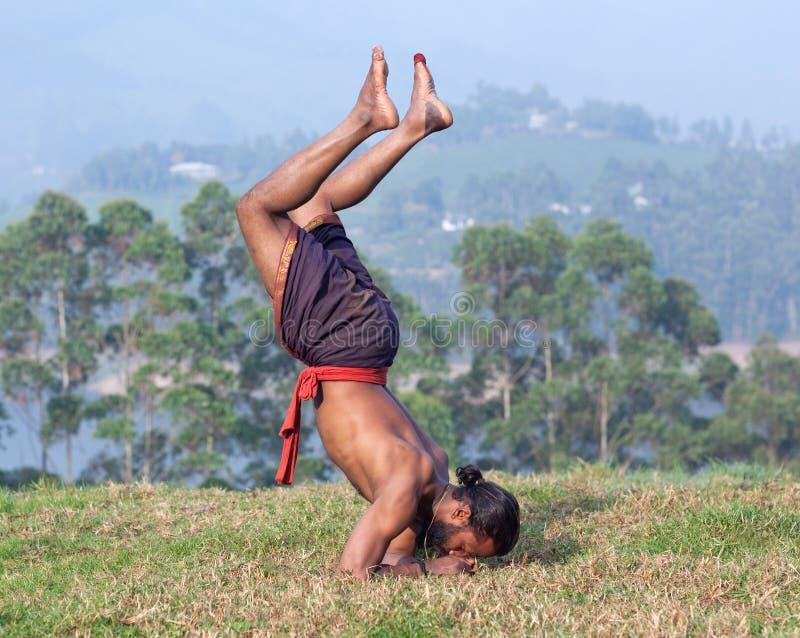 Uomo indiano che fa gli esercizi di yoga nel Kerala, India immagini stock