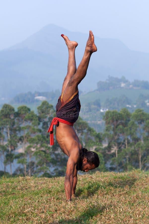 Uomo indiano che fa verticale all'aperto immagine stock libera da diritti
