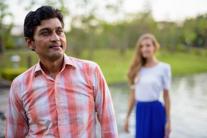Uomo indiano che pensa con la bella condizione della donna sul percorso di pietra fotografie stock libere da diritti