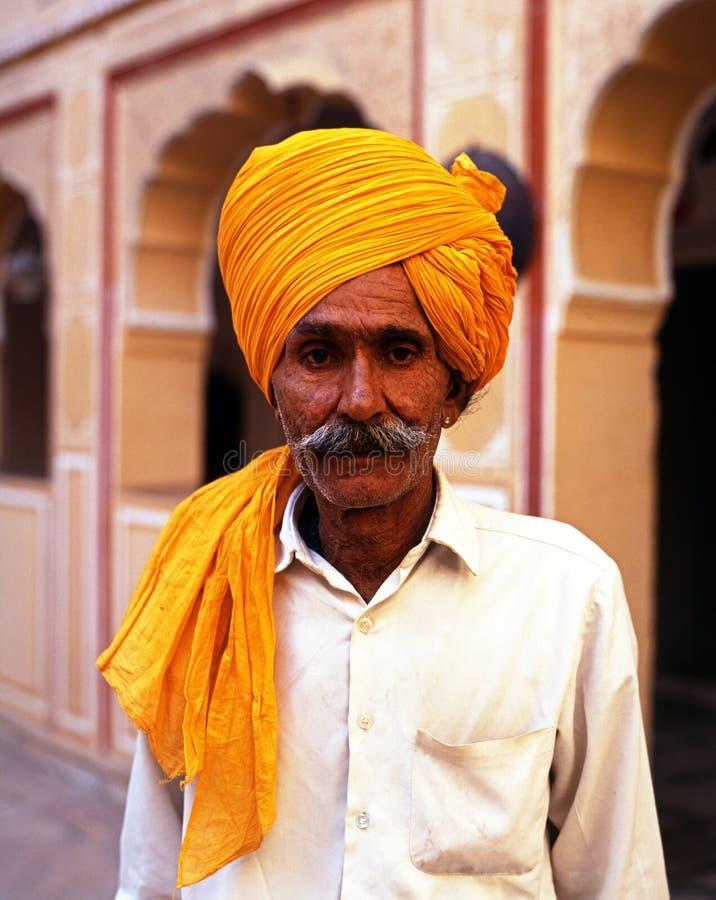 Uomo indiano che porta un turbante, Samode, India immagine stock