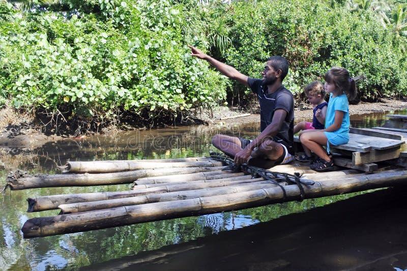 Uomo indigeno del Fijian che costruisce una barca tradizionale del bambù del Fijian fotografie stock
