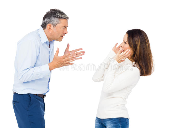 Uomo infastidito che urla alla moglie immagini stock