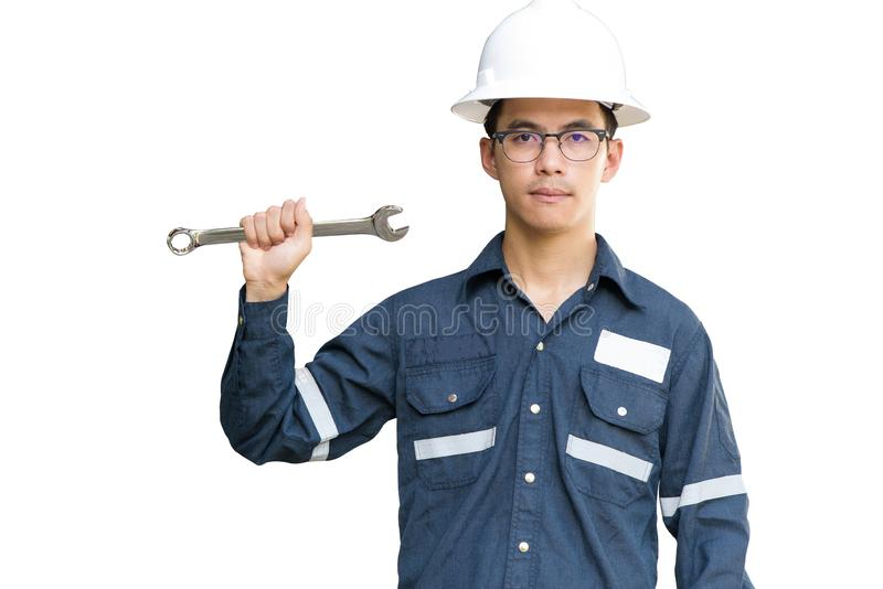 Uomo, ingegnere o tecnico asiatico in casco bianco, vetri e chiave funzionante blu della tenuta del vestito della camicia, isolat immagini stock libere da diritti