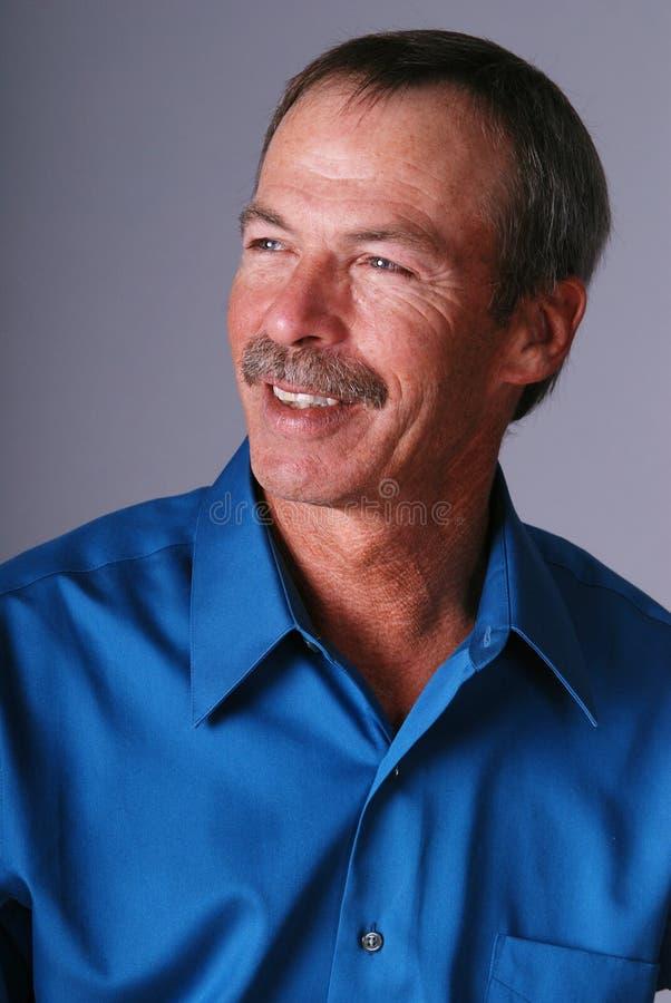 Uomo invecchiato centrale felice. fotografia stock