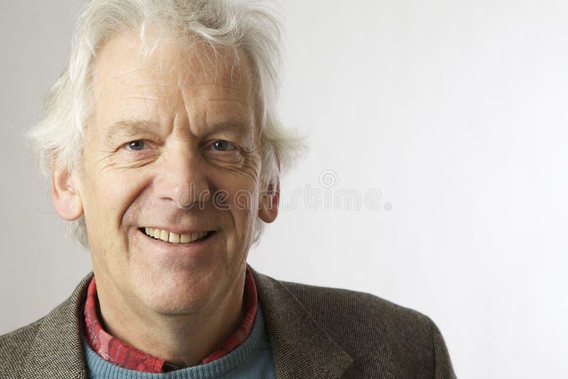Uomo invecchiato mezzo su bianco fotografia stock libera da diritti