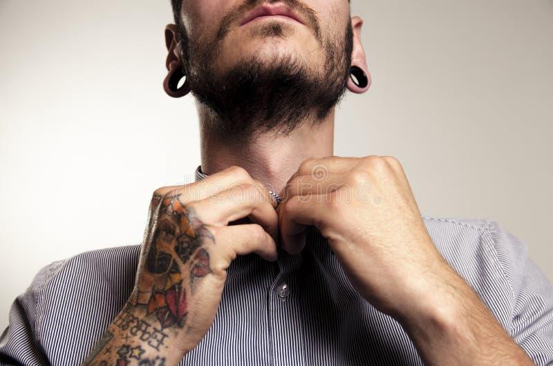 Uomo irriconoscibile dei pantaloni a vita bassa con i tatuaggi immagini stock libere da diritti