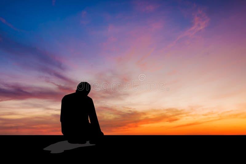 Uomo islamico che prega preghiera musulmana nel tempo crepuscolare fotografia stock libera da diritti
