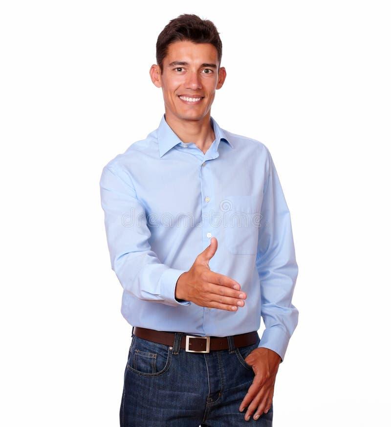 Uomo ispanico adulto che fa saluto della mano immagine stock