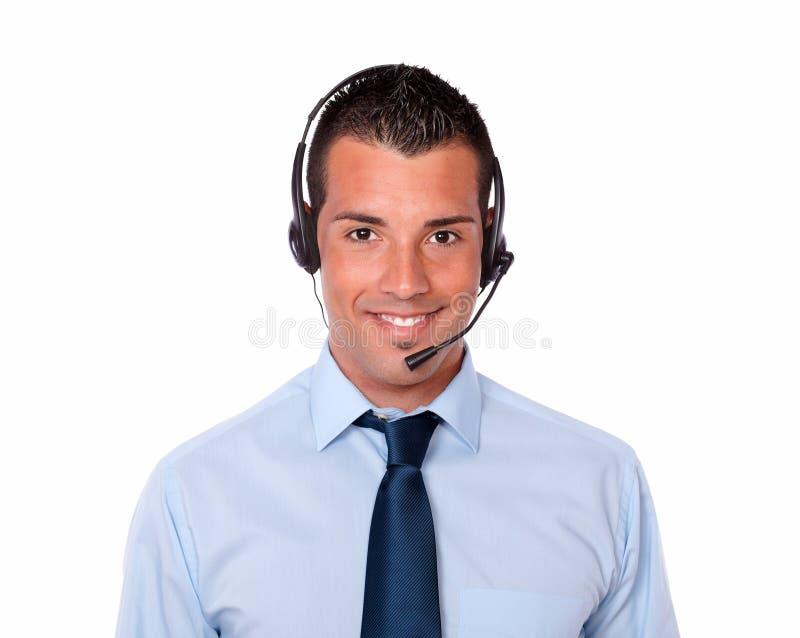 Uomo ispanico bello che parla con il trasduttore auricolare immagine stock libera da diritti