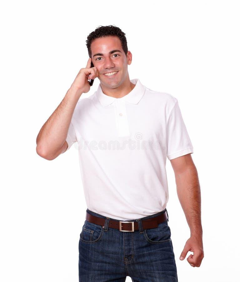Uomo ispanico bello che parla sul suo cellulare fotografie stock