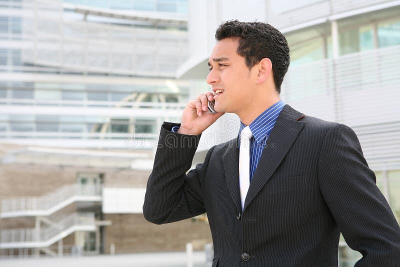 Uomo ispanico di affari sul telefono delle cellule immagini stock