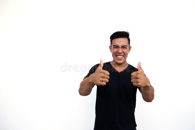 Uomo ispanico latino bello che mostra gesto fresco con il pollice su fotografia stock