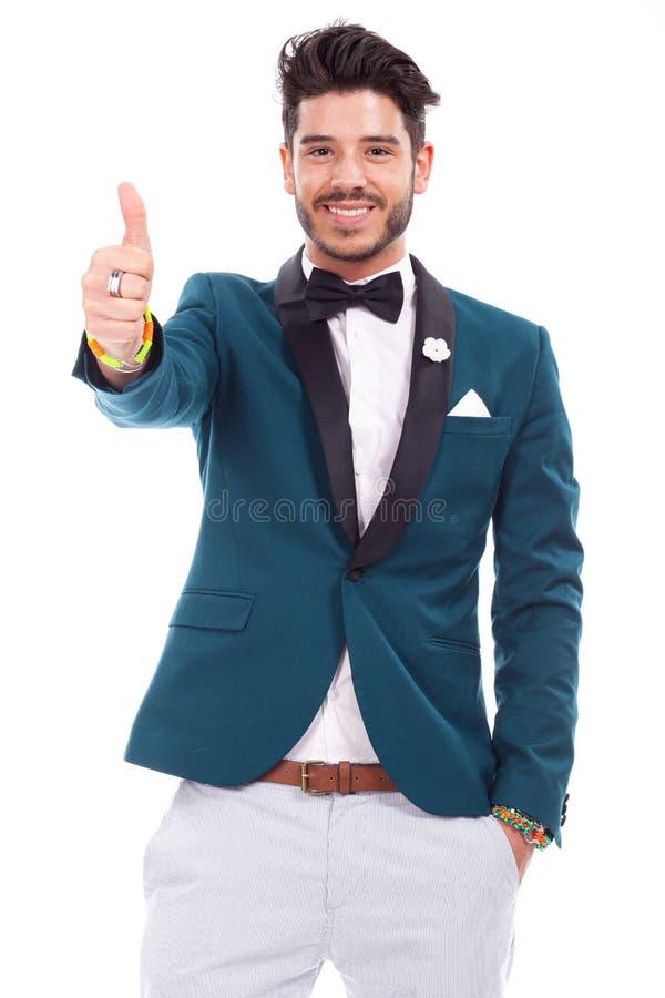 Uomo latino sorridente che guarda e che mostra segno giusto immagine stock libera da diritti