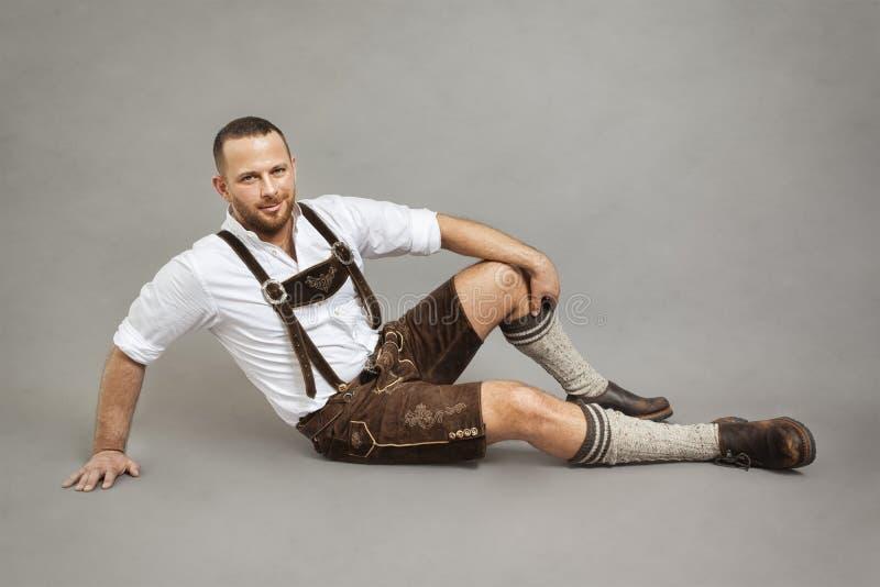 Uomo in lederhosen tradizionali bavaresi fotografia stock libera da diritti