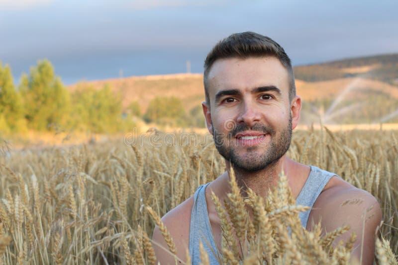 Uomo libero che gode del tramonto della natura Concetto di serenità e di libertà con il modello maschio naturale attraente Modell immagine stock libera da diritti
