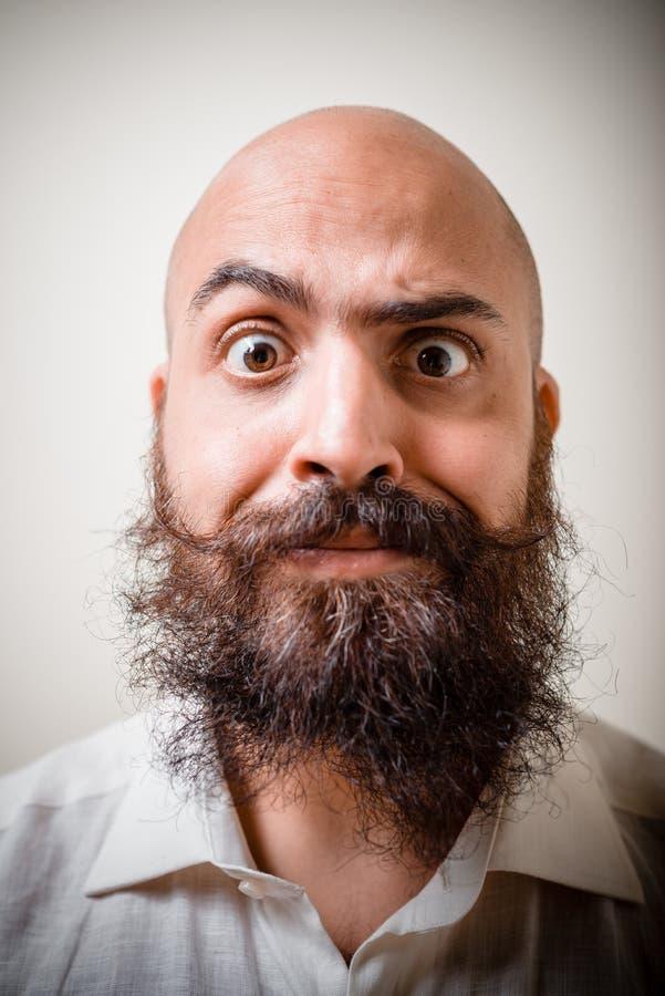 Uomo lungo divertente dei baffi e della barba con la camicia bianca immagine stock libera da diritti