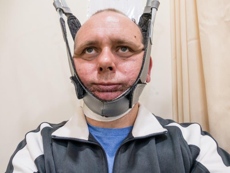 Uomo in macchina della trazione del collo fotografia stock