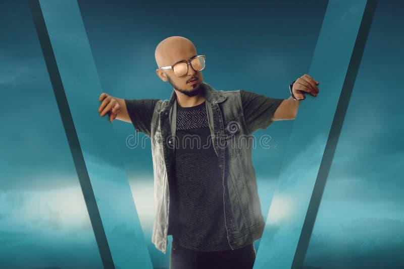 Uomo macho sessuale su cielo blu fotografia stock libera da diritti