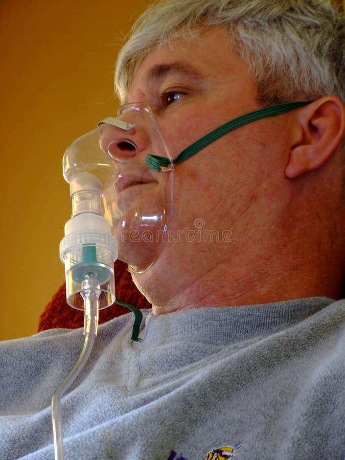 Uomo maggiore ammalato su ossigeno fotografie stock