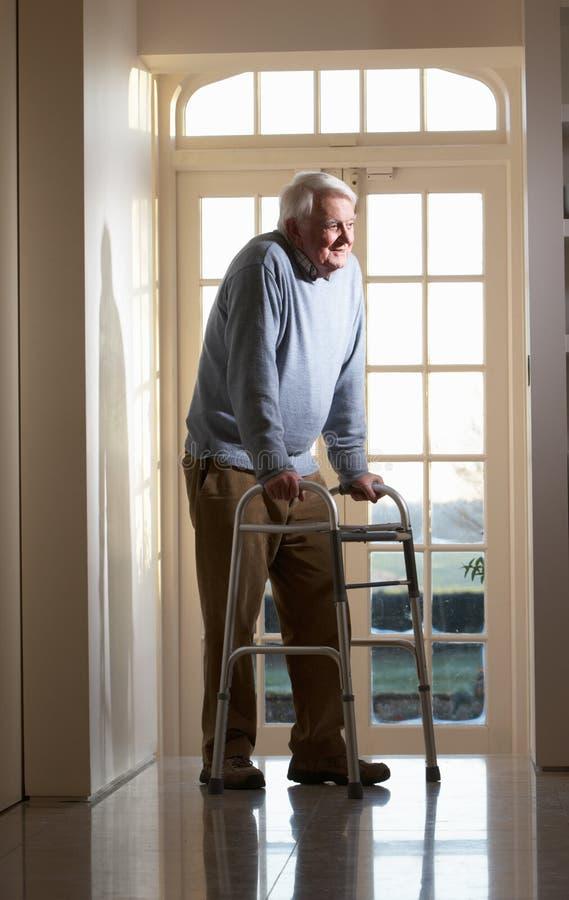 Uomo maggiore anziano che usando blocco per grafici fotografia stock