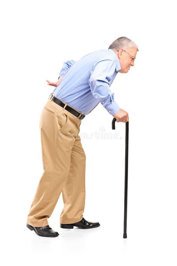 Uomo maggiore che cammina con la canna immagini stock